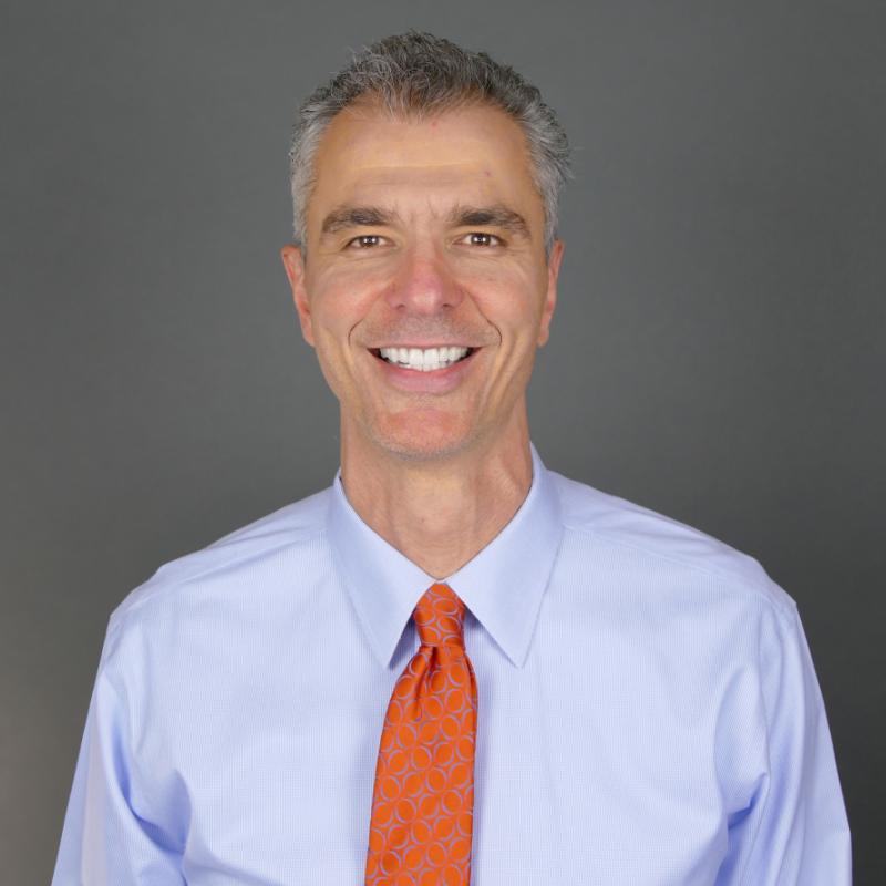 Headshot Dr. Gustavo